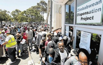 Zimbabweans-queue-for-permits-in-SA-Zimborderguide