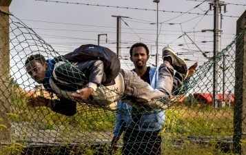migrants-climb-over-fences